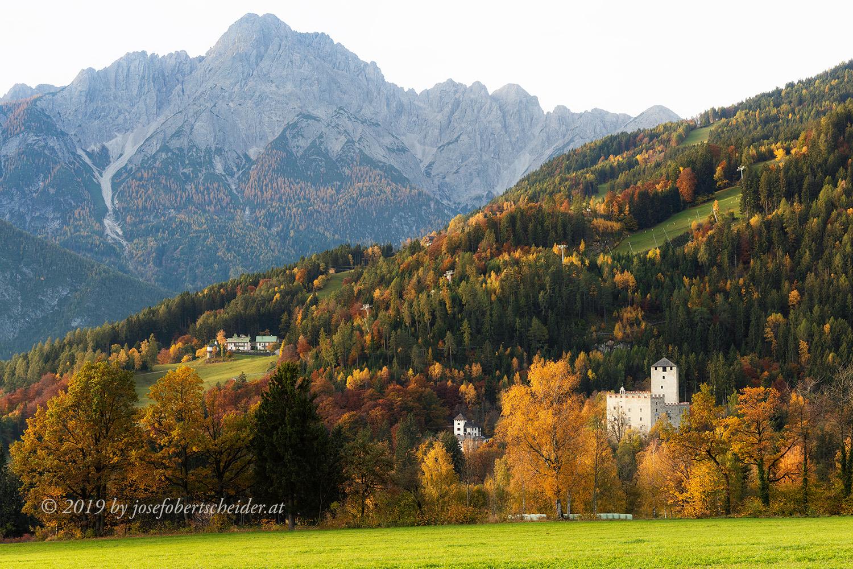 Herbstbild, Postkartenmotiv Lienz Schloss Bruck mit Spitzkofel